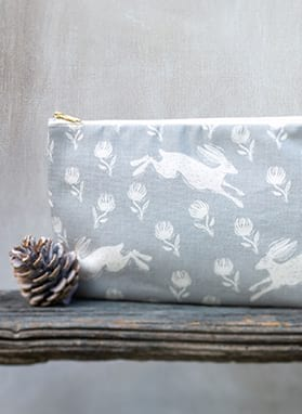 RUNNING HARE WASHBAG